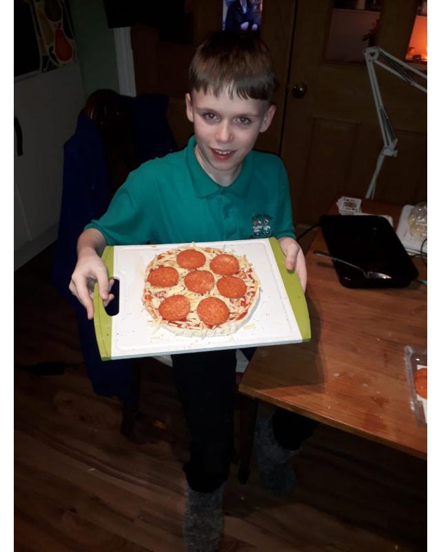Cub boys showing pizza