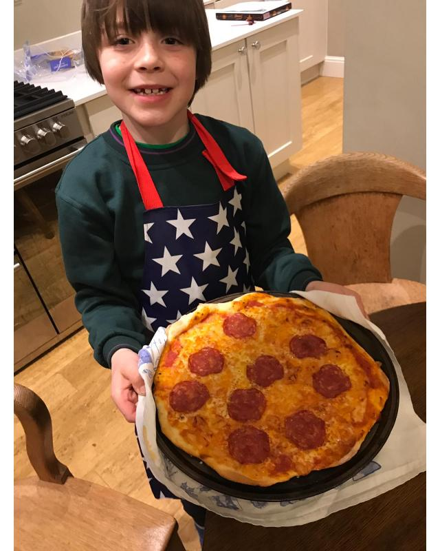 Cubs holding pizza